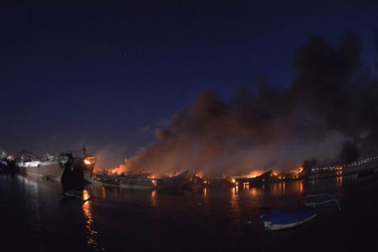 Kebakaran Kapal Belum Padam