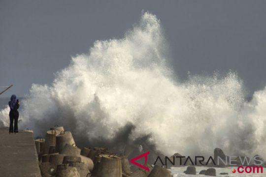 BMKG: gelombang selatan Banten 4-6 meter bahaya bagi perahu