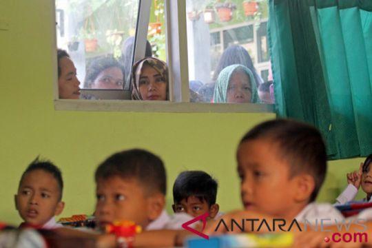 Orang tua murid di Papua antusias antar anak masuk sekolah hari pertama