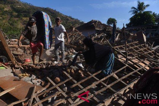 Sebagian warga Lombok kesulitan bersihkan puing rumah