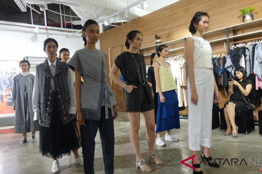 Belanja di butik sambil menyesap kopi di pop up store Fashionlink