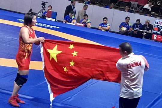 Raih emas, pegulat China angkat sang pelatih