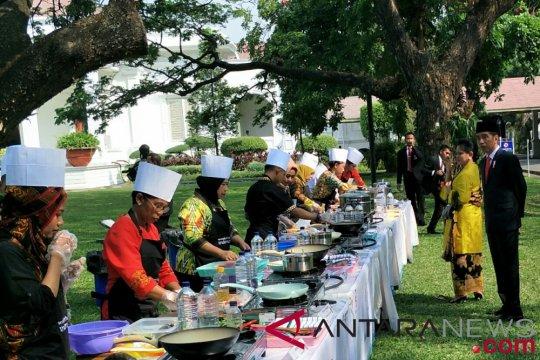 Presiden saksikan aksi memasak ikan di halaman Istana