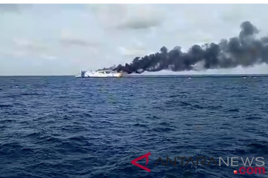 Kapal bermuatan BBM terbakar di Pelabuhan Sulaa