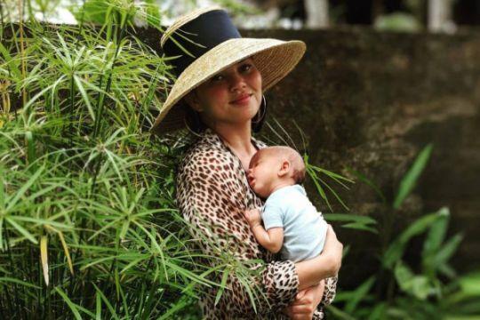 Chrissy Teigen belajar gendong bayi khas Indonesia
