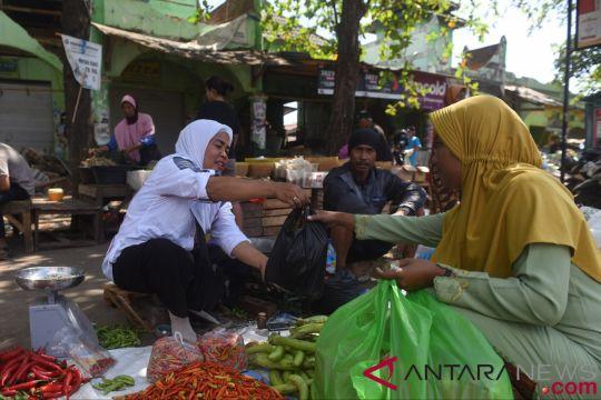 Di Pasar Tanjung, sebagian korban gempa berusaha mengikis duka