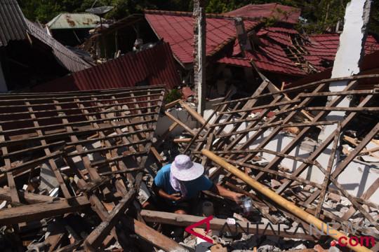 Korban Gempa Selamatkan Barang