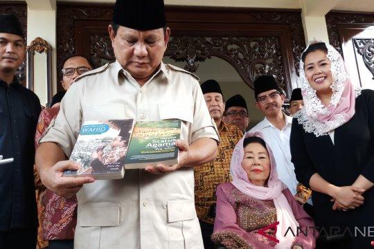Prabowo Subianto dihadiahi dua buku oleh Sinta Wahid