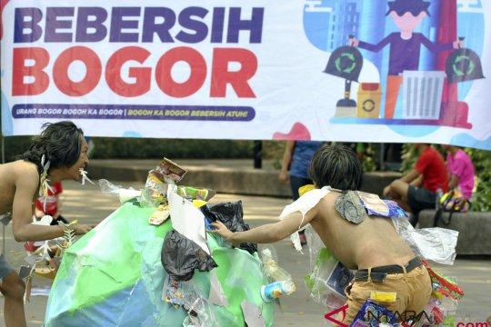 Ridwan Kamil pungut sampah di Kota Bogor