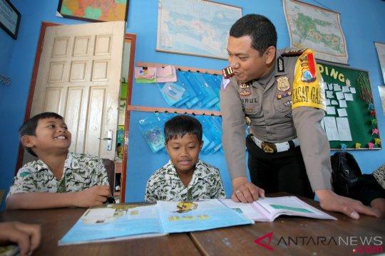 Polisi Mengajar di Sekolah Dasar