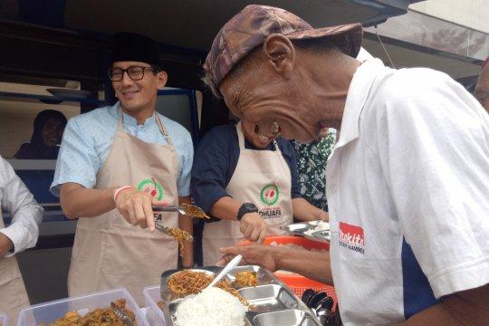 Sandiaga melayani makan warga di Gedung Muhammadiyah