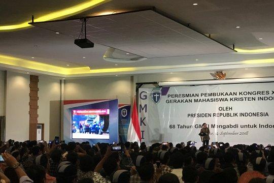 Mahasiswa bersorak saat video atraksi Jokowi tayang