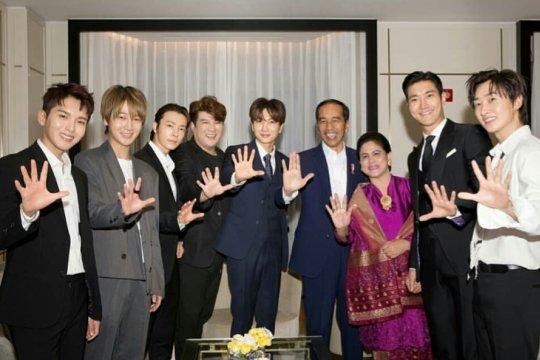 Ketika personel Super Junior goyang dayung bareng Jokowi