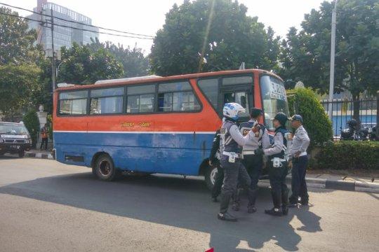 Sudinhub Jakarta Selatan bersihkan jalan dari parkir liar