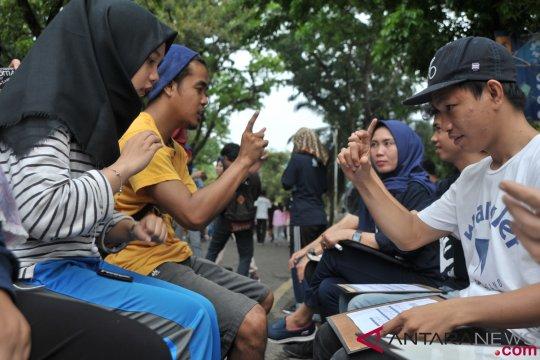 Lima penerjemah bahasa isyarat bantu pengajian tunarungu