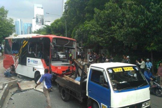 Satu bus pengumpan Trans Jakarta alami kecelakaan