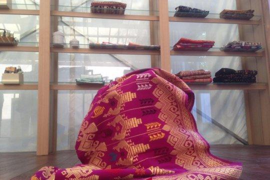Tenun Bali-Batik Solo diperkenalkan pada delegasi di Paviliun Indonesia