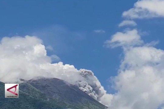 Gunung Gamalama semburkan abu vulkanis