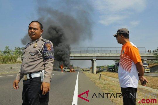 Rombongan Anies menolong korban mobil terbakar di Tol Cipali