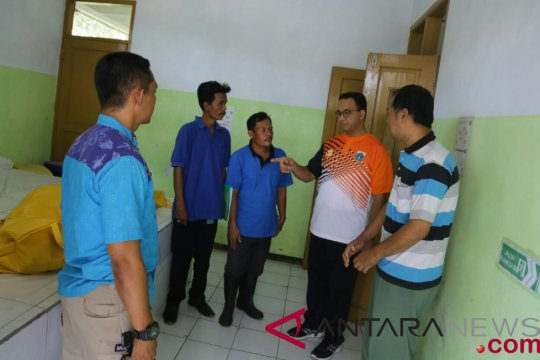 Anies menolong korban kecelakaan di Tol Cikopo-Palimanan