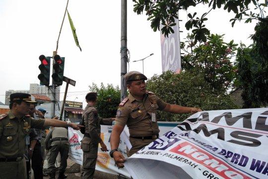Pelanggaran atribut kampanye caleg marak di Jakarta Barat