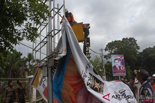 Bawaslu Riau tertibkan 563 alat peraga kampanye