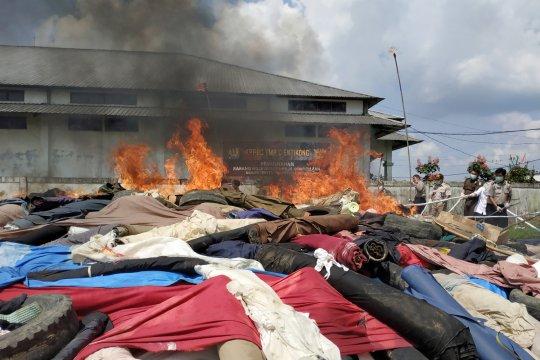 Pemusnahan Tekstil Ilegal di Entikong
