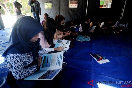 Murid madrasah Palu masih belajar di tenda