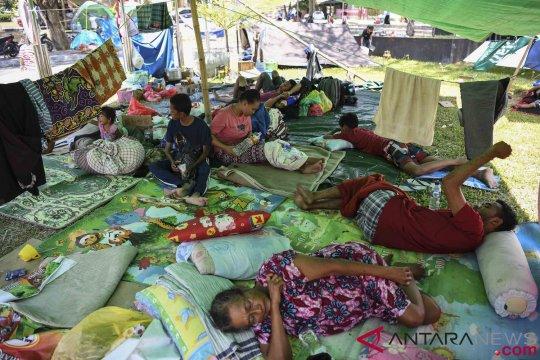 Lapangan Ahmad Kirang Mamuju dipenuhi pengungsi