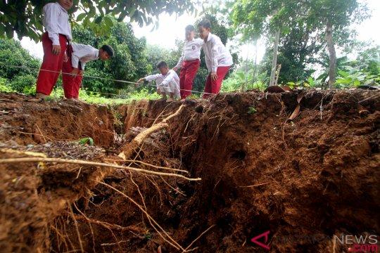 Belasan rumah di Cianjur  terancam longsor akibat pergerakan tanah