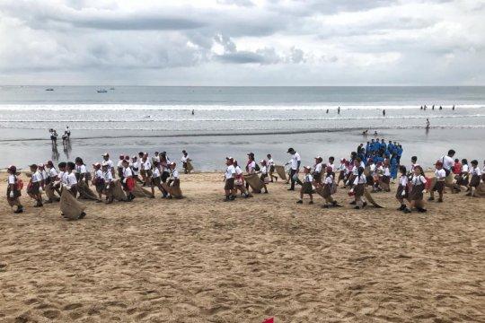 KKP ajak pelajar pungut sampah pantai di Bali
