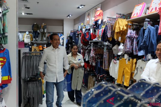 Presiden belanja oleh-oleh untuk cucu di Tunjungan Plaza