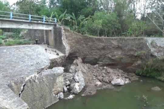 Talut sungai di Selopamioro Bantul ambrol akibat hujan deras