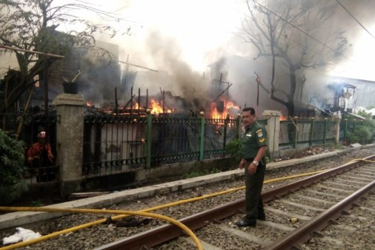 Perjalanan KRL Duri-Tangerang sempat terganggu kebakaran rumah warga di Grogol