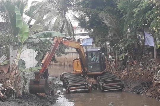Lumpur Anak Kali Pesanggrahan dikeruk untuk cegah luapan banjir