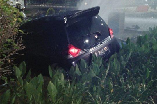 Pengemudi mobil yang menabrak pipa air diperiksa polisi