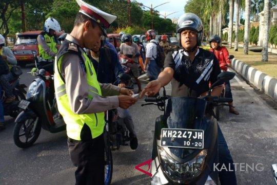 Polisi tangkap pelanggar lalu lintas bawa 889 pil ekstasi di Pekanbaru