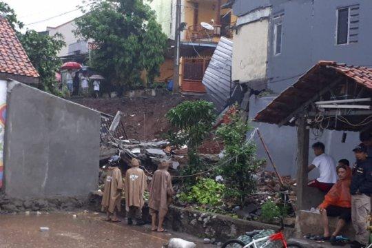 Rumah RT di Pasar Rebo terkena longsor