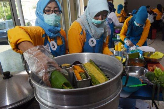 Warga kota Bandung berbagi lewat etalase makan gratis
