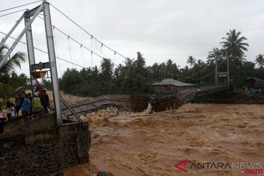 2 anak tewas saat banjir di Padang