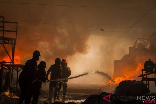 Detik-detik kebakaran pabrik kratom terekam CCTV