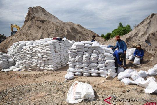 Tanggul Penahan Banjir dari Karung Pasir