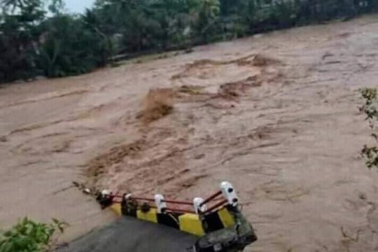 Jembatan penghubung Tasikmalaya-Garut roboh diterjang banjir