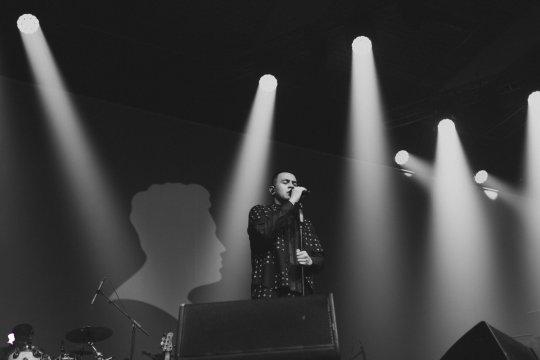Ribuan penonton bernyanyi bersama Tulus di konser Monokrom