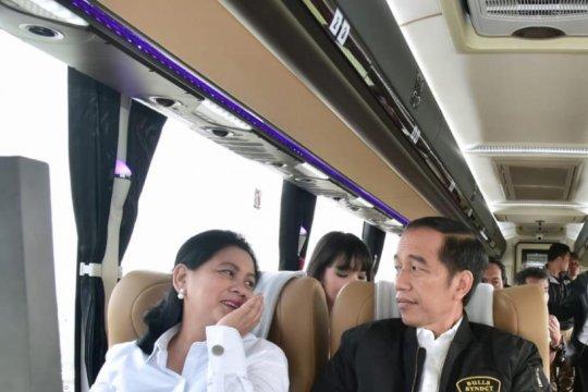 Presiden Jokowi jajal tol Trans-Jawa bareng milenial dan pekerja proyek