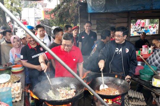 Hasto dan Djarot coba masak mie balap di Medan
