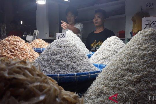Megawati dan Jokowi diberi oleh-oleh ikan asin