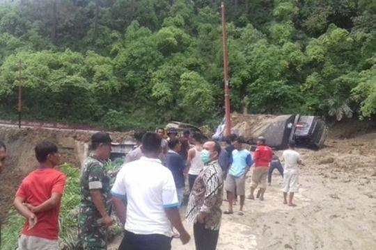 Jalur Pematangsiantar-Simalungun lumpuh karena longsor