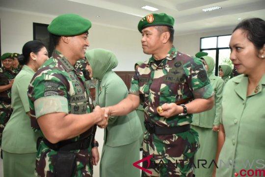 Kepala staf TNI AD terima laporan kenaikan pangkat 18 perwira tinggi TNI AD.
