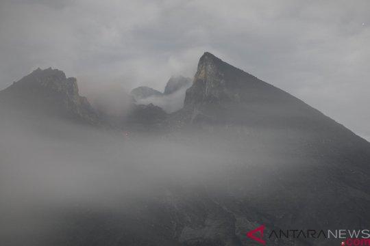 Gunung Merapi diselimuti kabut pagi ini